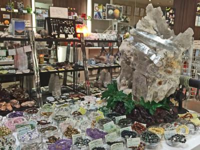 店内の浄化にもこだわる天然石屋、特大のセレナイトが店頭にてお客様をお待ち致しております♪