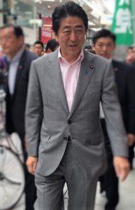 愛媛県に安倍首相がご遊説に来ていただく機会がありました♪スタッフも握手を頂いてます。